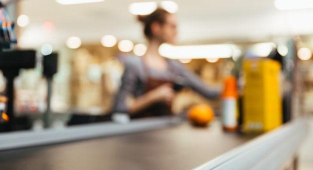 Caixa de supermercado que ficou cega com caco de garrafa será indenizada 626x417